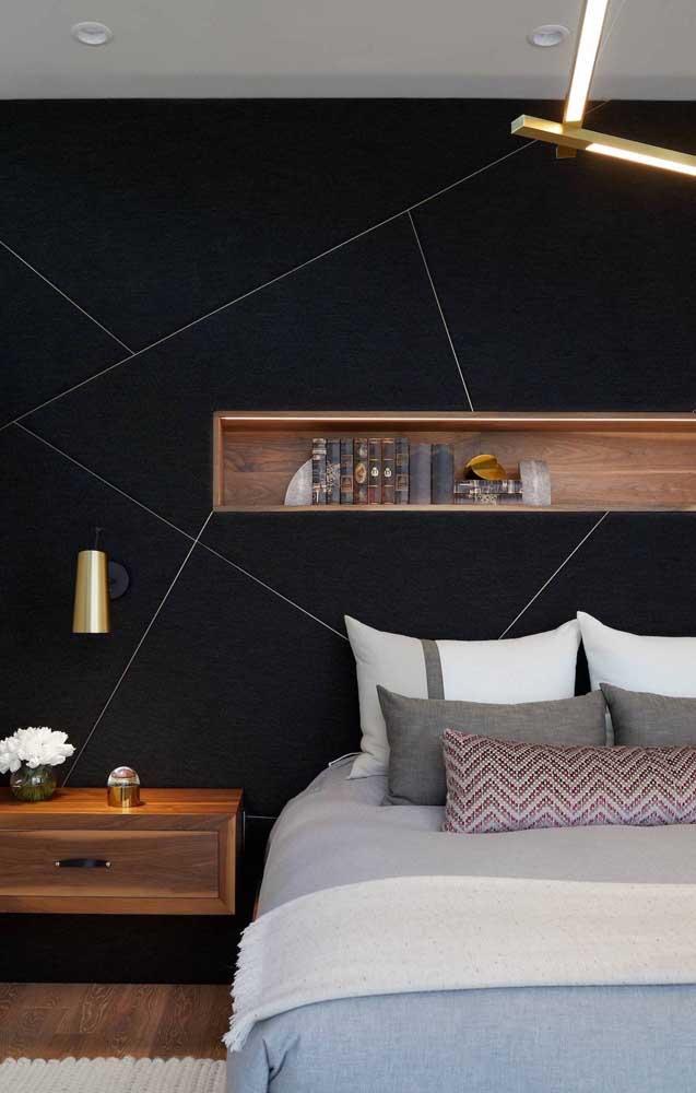 Nicho de madeira simples e retangular sobre a cabeceira da cama: peça funcional e muito decorativa