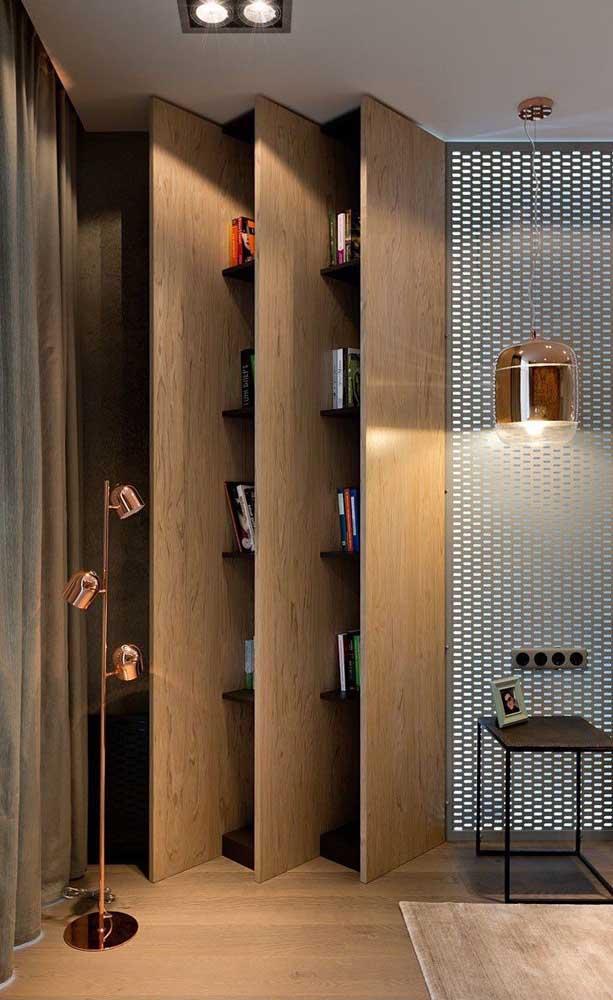 Uma disposição inusitada e original de nichos de madeira no quarto