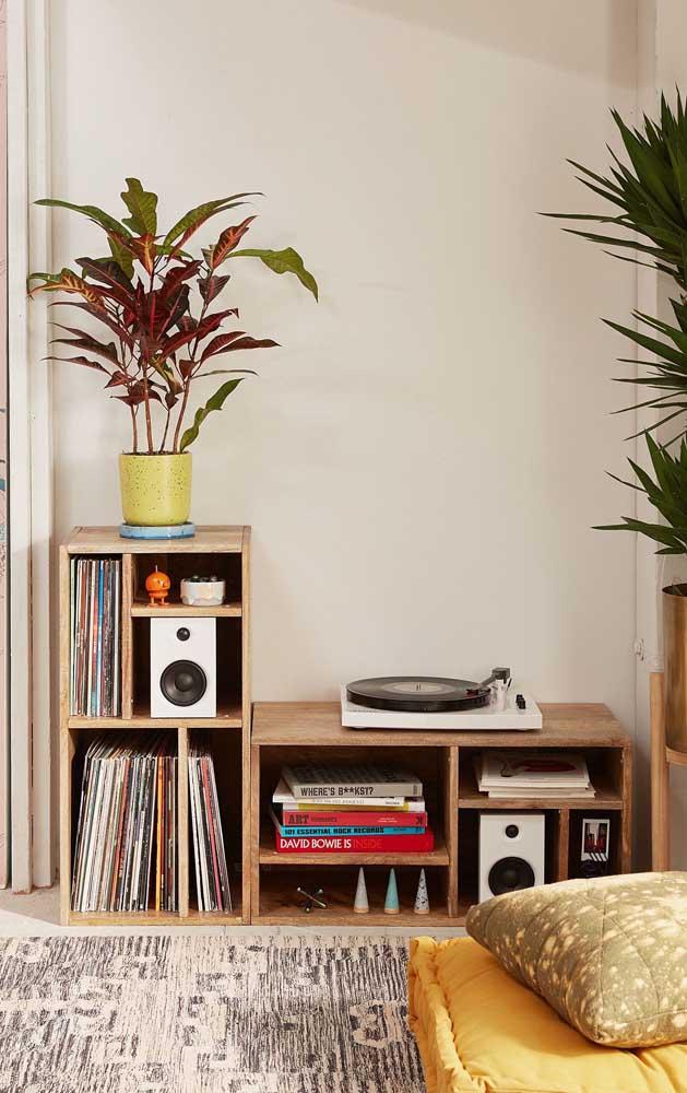 Dupla de nichos de madeira combinados para formar um móvel único na sala de estar