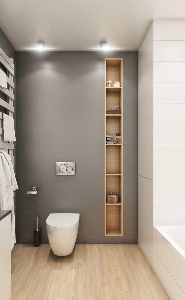Banheiro moderno e clean com nicho de madeira embutido na parede