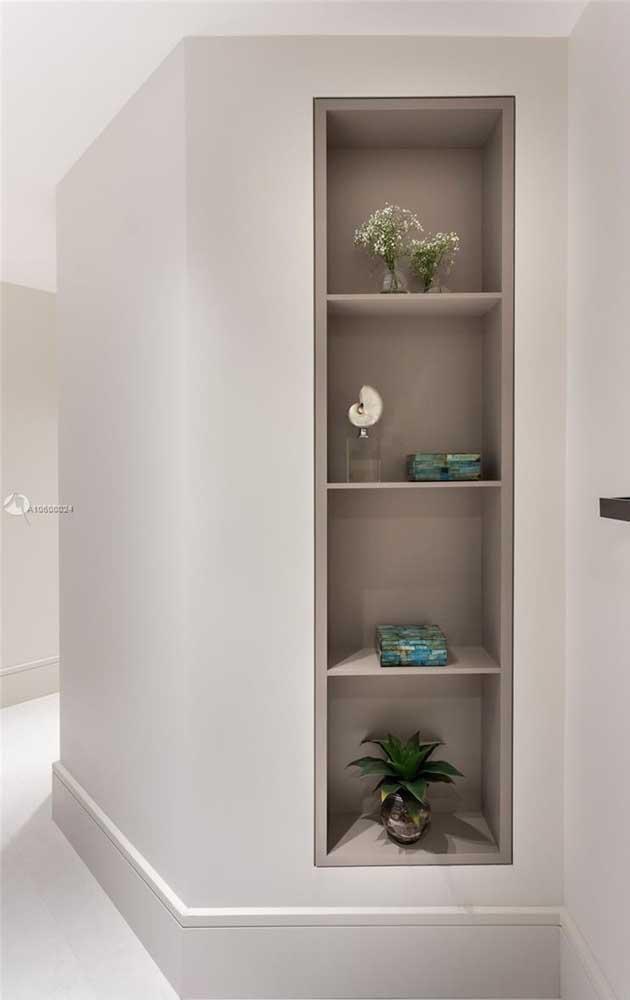 Se o corredor estiver muito vazio e sem graça instale um nicho de madeira nele