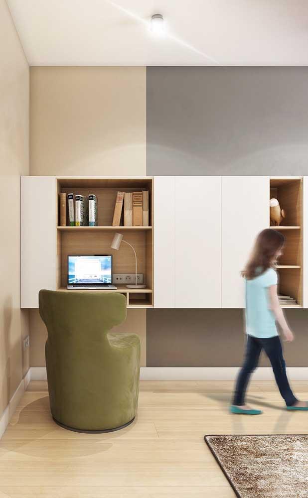 Home office dentro do nicho de madeira; repare que aqui ele substitui a tradicional escrivaninha