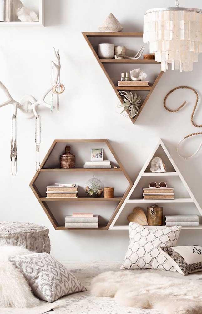 Essa decor de estilo boho trouxe um trio de nichos de madeira em formatos diferenciados que casaram perfeitamente com a proposta