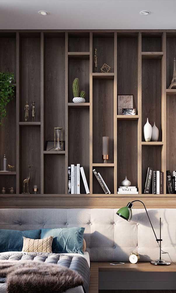 Selecione suas peças de decoração preferidas para expor nos nichos de madeira
