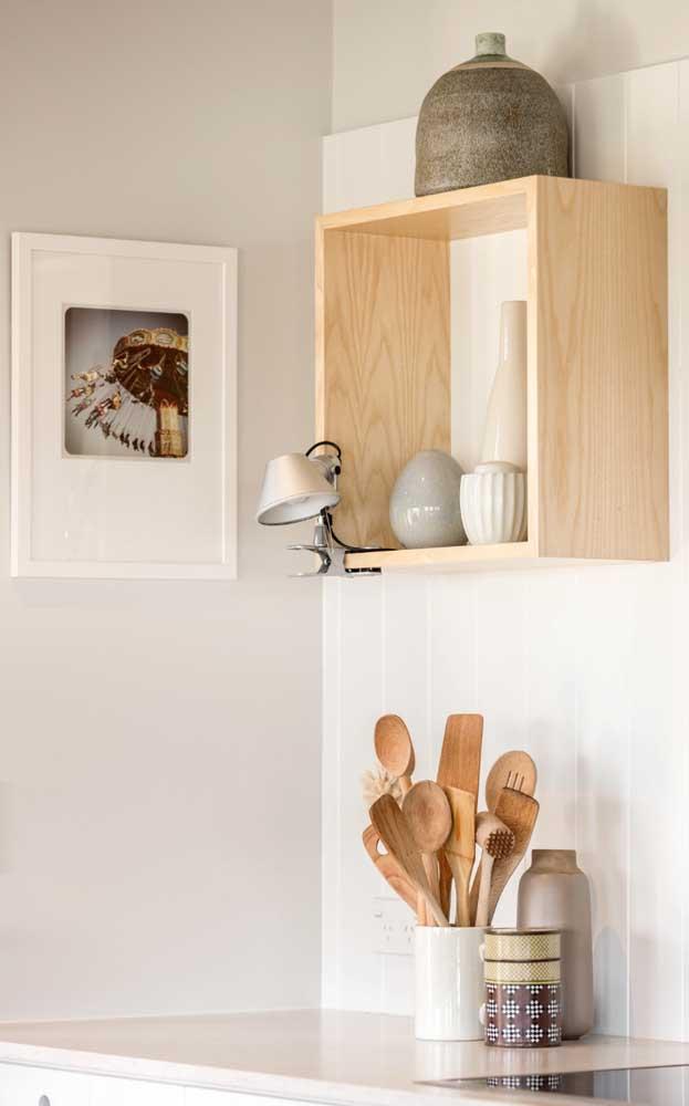 Os nichos de madeira crua são perfeitos para decorações cleans e modernas