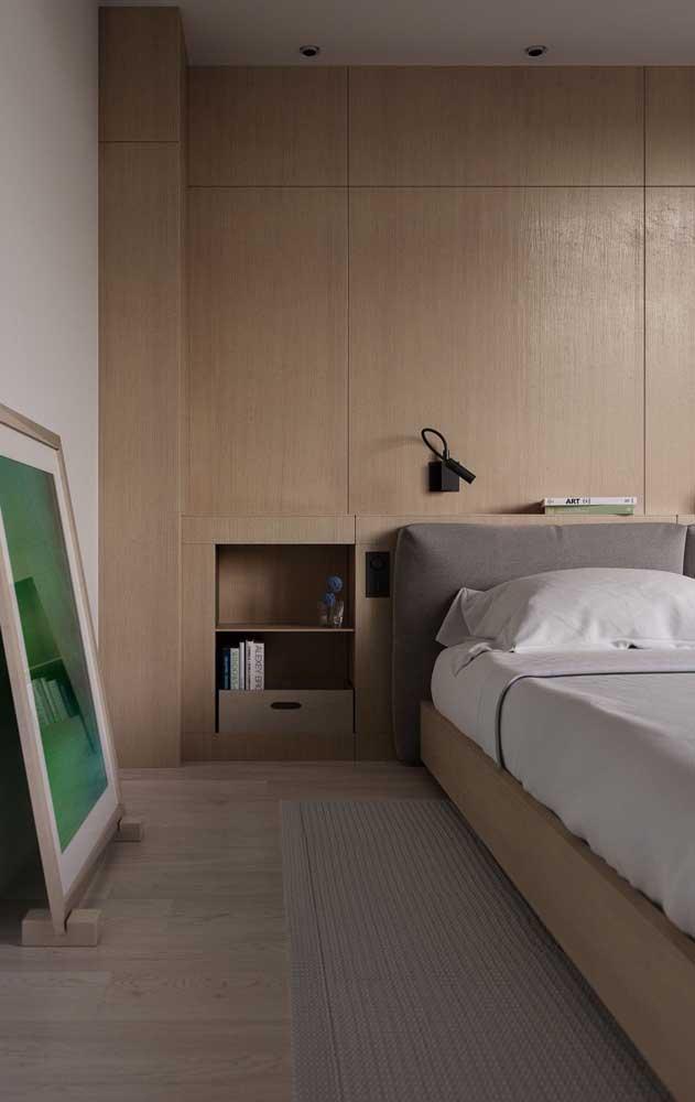Nicho de madeira embutido na parede do quarto do casal; aqui, a peça substitui com elegância o criado mudo