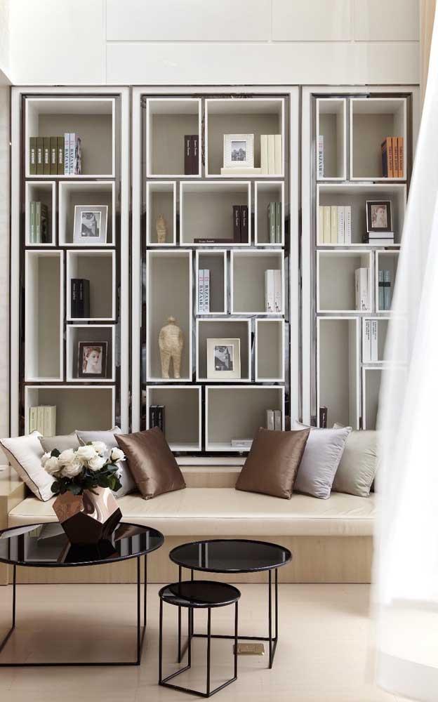 A sala de estar clássica e elegante conta com nichos de madeira para completar a decoração