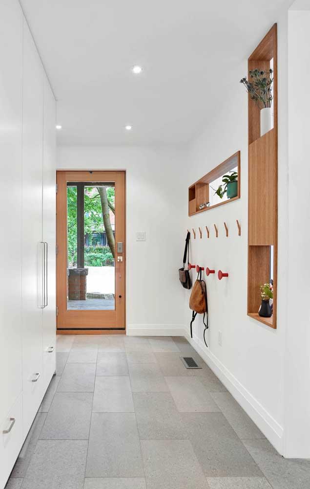 Nichos de madeira para decorar o hall de entrada, linda proposta!