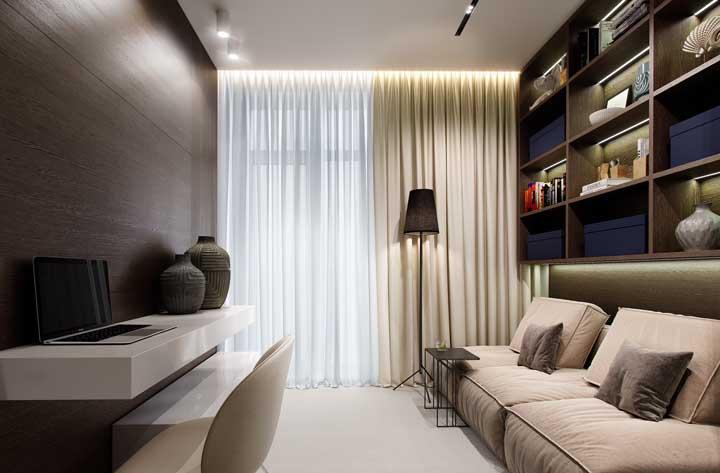 Destaque os nichos de madeira na sala com fitas de LED