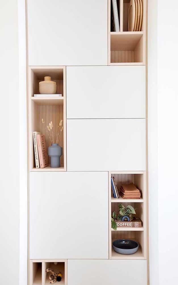 Nichos de madeira para criar pontos de respiro no armário alto
