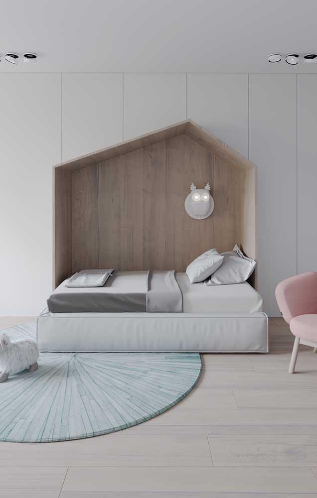 O que acha agora de um nicho de madeira gigante para acomodar a cama? Uma proposta muito legal e descontraída!