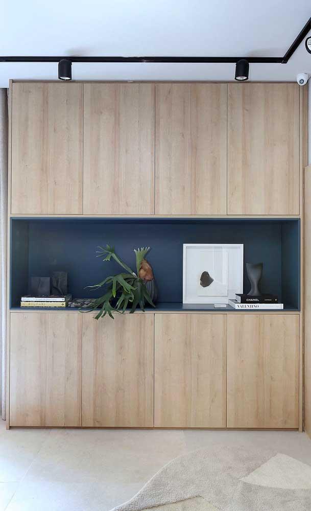 Armário de cozinha com nicho único embutido na cor azul petróleo; um detalhe que faz toda diferença na decoração
