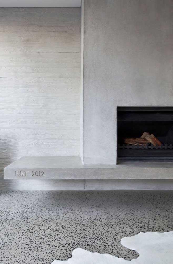 Banco de concreto junto à lareira; ambiente moderno, sóbrio e clean