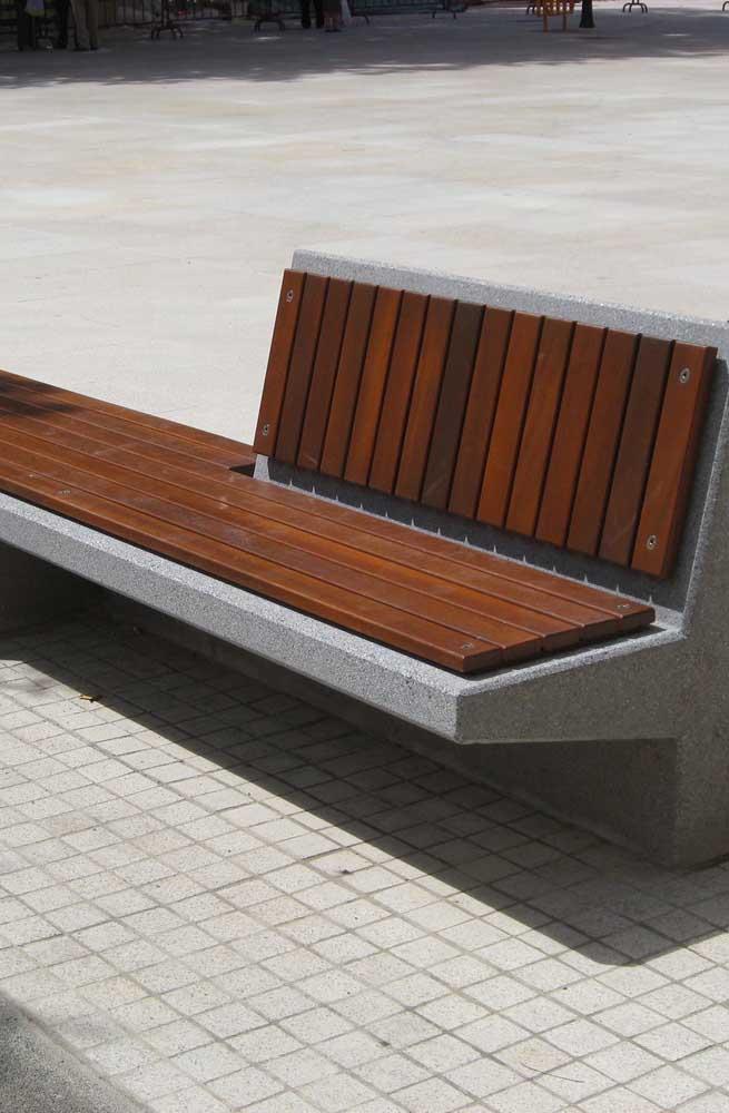 Banco de concreto para área externa com revestimento em madeira