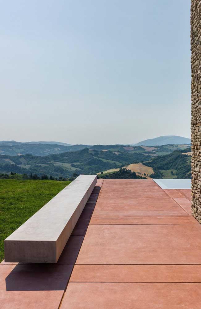Linhas retas e simples formam esse moderno banco alongado de concreto para área externa