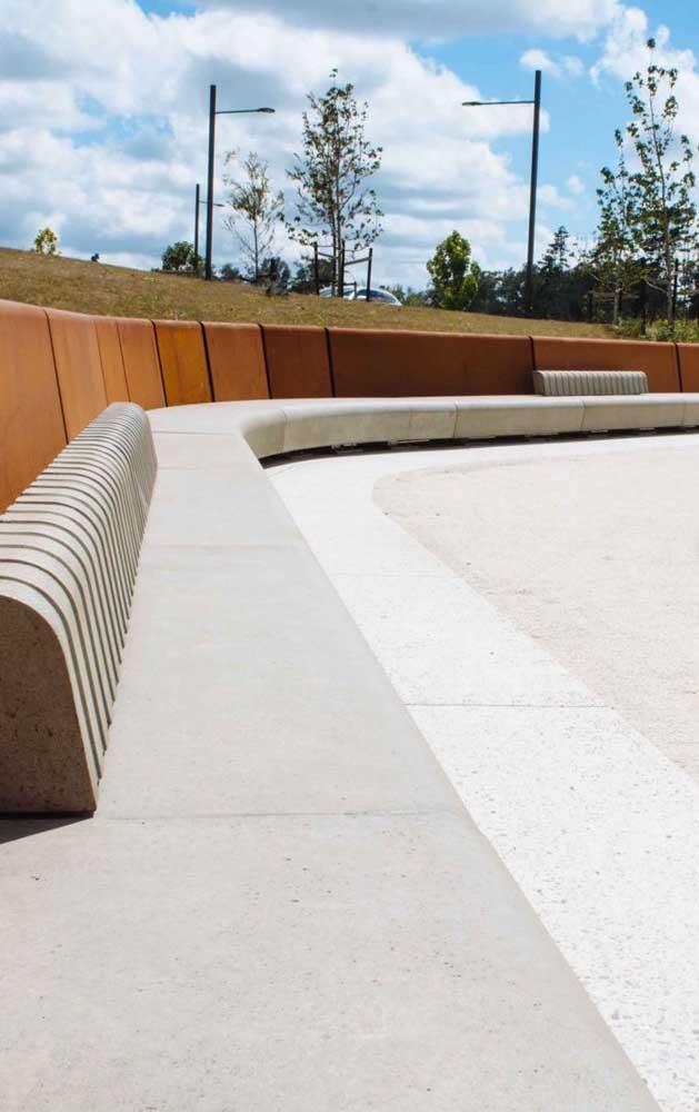 Aqui, o banco de concreto acompanha a forma curva da praça; essa maleabilidade é uma das grandes vantagens do material