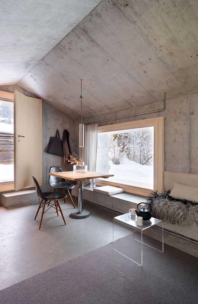 A casa moderna com revestimento de cimento queimado não poderia optar por outro tipo de banco que não fosse o de concreto