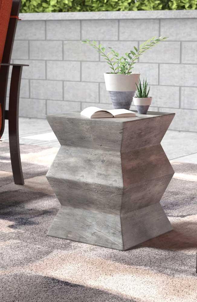 Banco, mas também pode ser mesa! Destaque para o formato diferenciado da peça