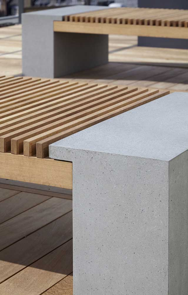 A madeira se encaixa como uma luva nos bancos de concreto; vale a pena investir nessa dupla