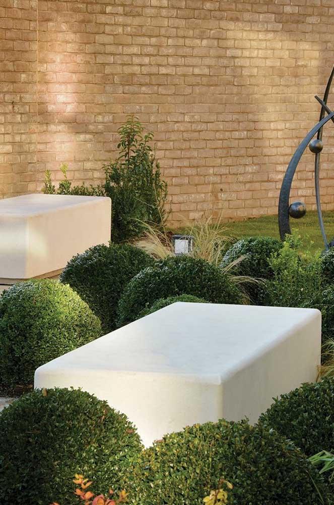 Banco de concreto branco para o jardim, um modelo cheio de elegância e refinamento
