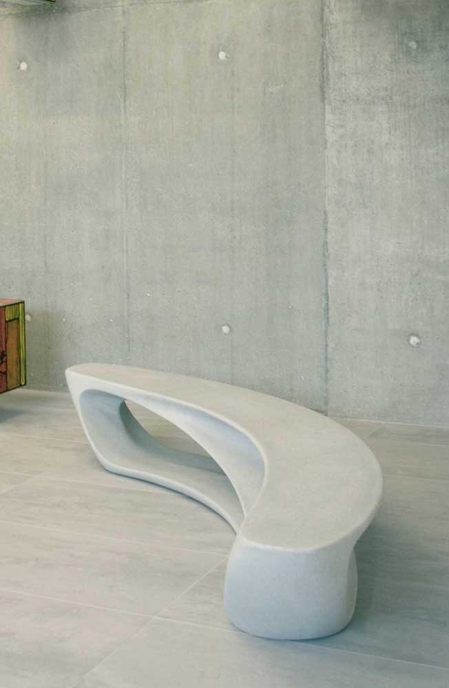 Que modelo incrível de banco de concreto! A dureza do material se rendendo às curvas