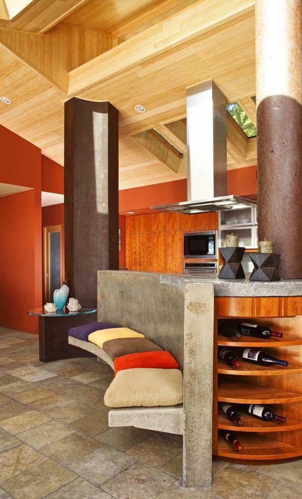 Almofadas coloridas para abrilhantar o banco de concreto curvo