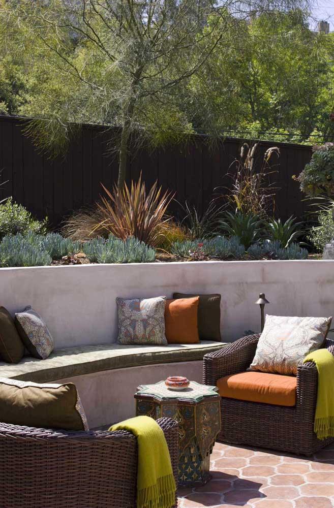 Os jardins são o local preferido dos bancos de concreto, eles praticamente nasceram nesse espaço