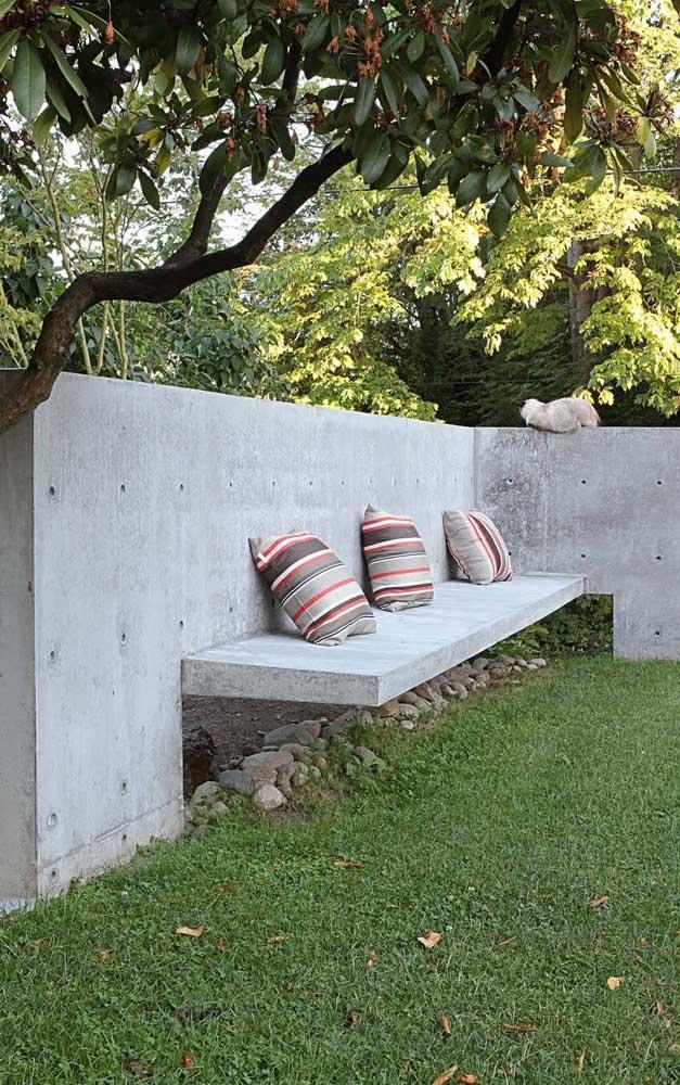 Sempre dá para inovar! Esse banco de concreto, por exemplo, apostou em uma versão suspensa