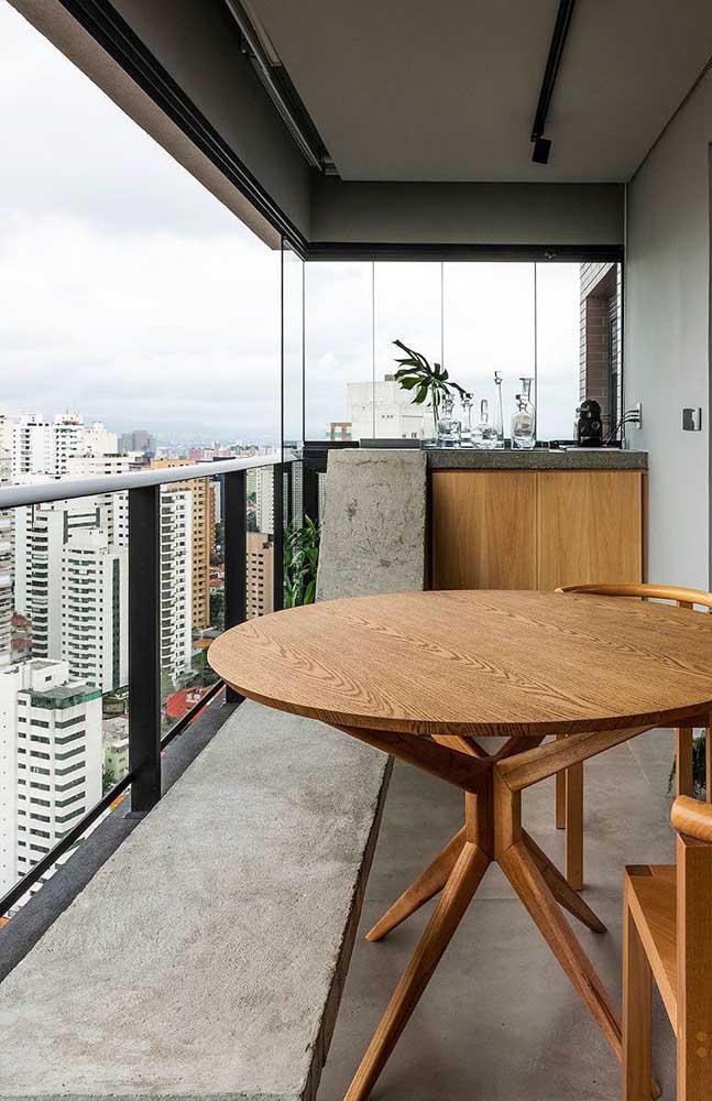 Que tal um banco de concreto alongado e cheio de estilo para a varanda gourmet do apartamento?