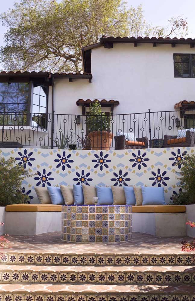 O mosaico de azulejos garantiu um toque de descontração à área externa com banco de concreto