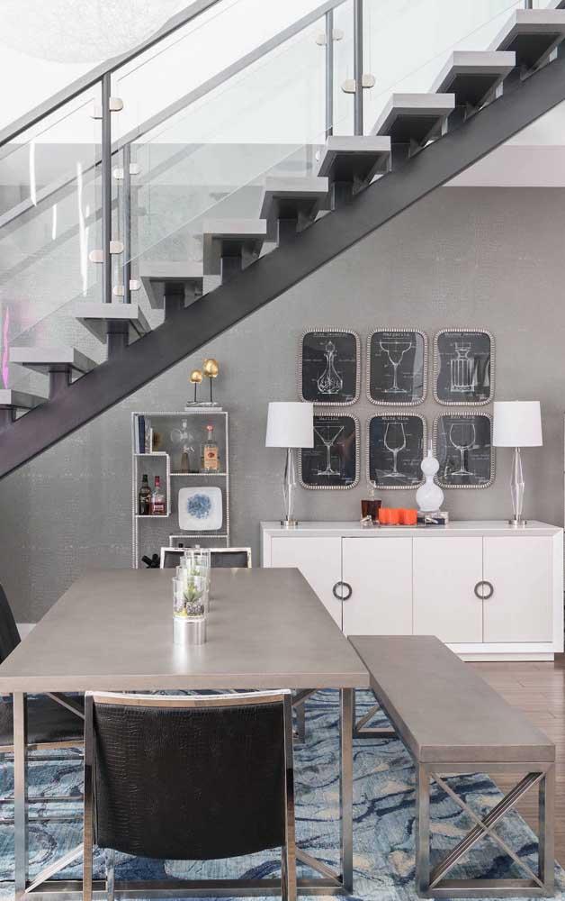 A sala de jantar moderna e industrial trouxe um conjunto de mesa com banco de concreto e estrutura em inox