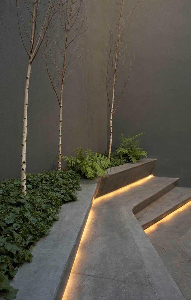 O banco de concreto do jardim em formato de escada ganhou luzes embutidas que valorizaram o projeto