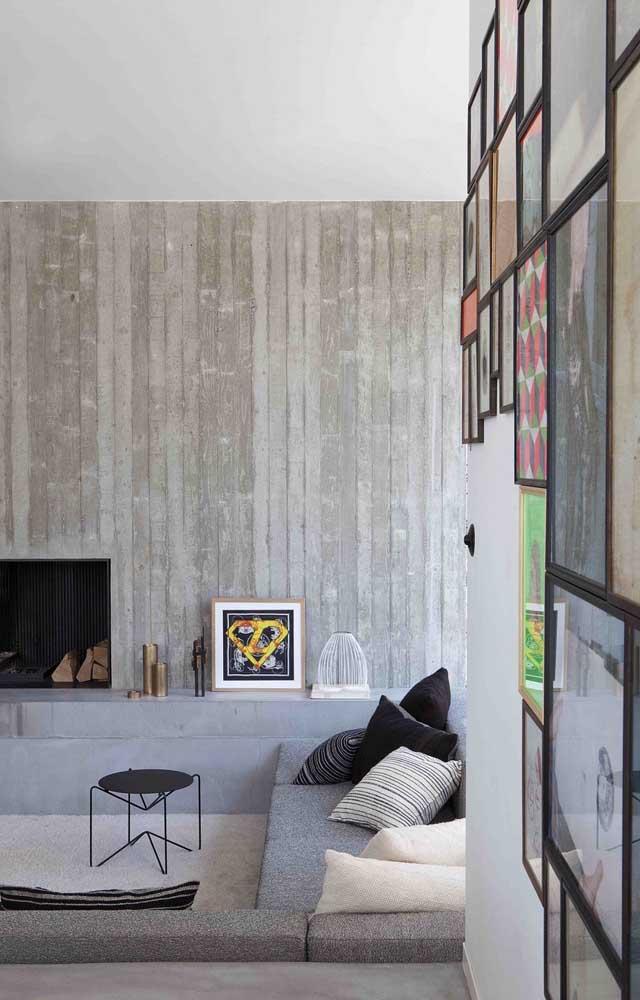Nessa sala, o banco de concreto vira rack ao contornar a parede