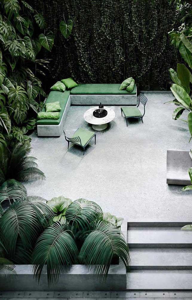 Que linda combinação entre o verde e o cinza do banco de concreto