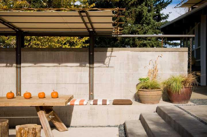 Esse banco de concreto serve tanto para acomodar os visitantes, quanto como para colocar vasos