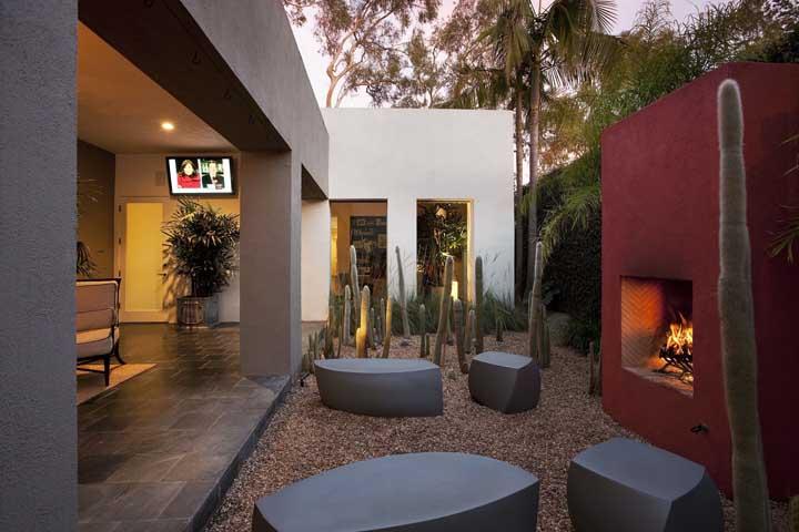 Bancos de concreto ou esculturas em meio ao jardim?