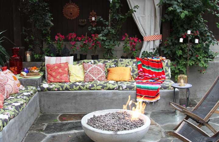 Para apreciar os bons momentos em torno da fogueira, as visitas podem se acomodar no banco de concreto com futons