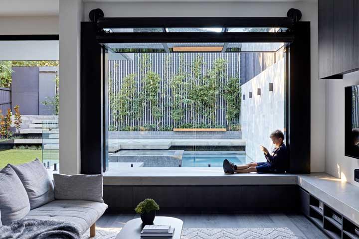 Um beiral para janela mais largo pode tranquilamente virar um banco de concreto