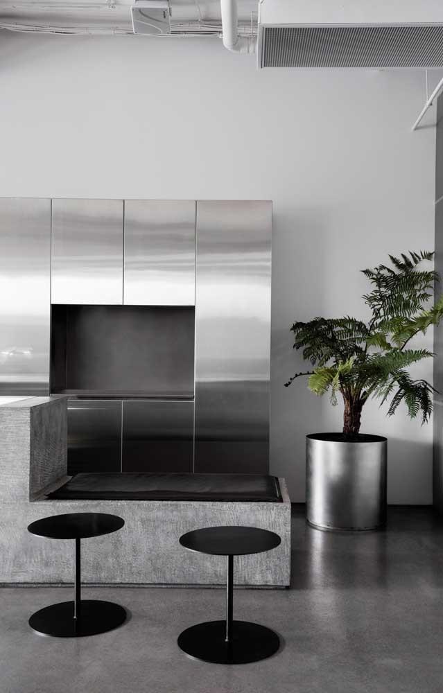 Banco de concreto na cozinha com acabamento em cimento queimado combinando com os objetos em inox