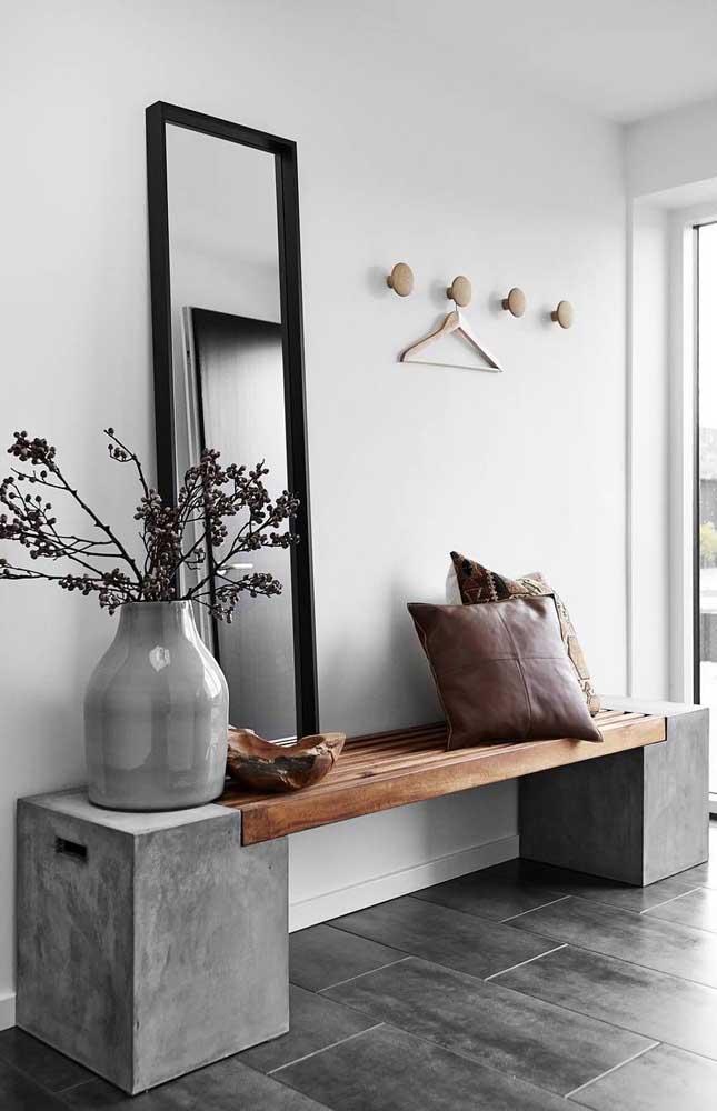 Banco de concreto com assento em madeira super moderno e charmoso colocado no hall de entrada