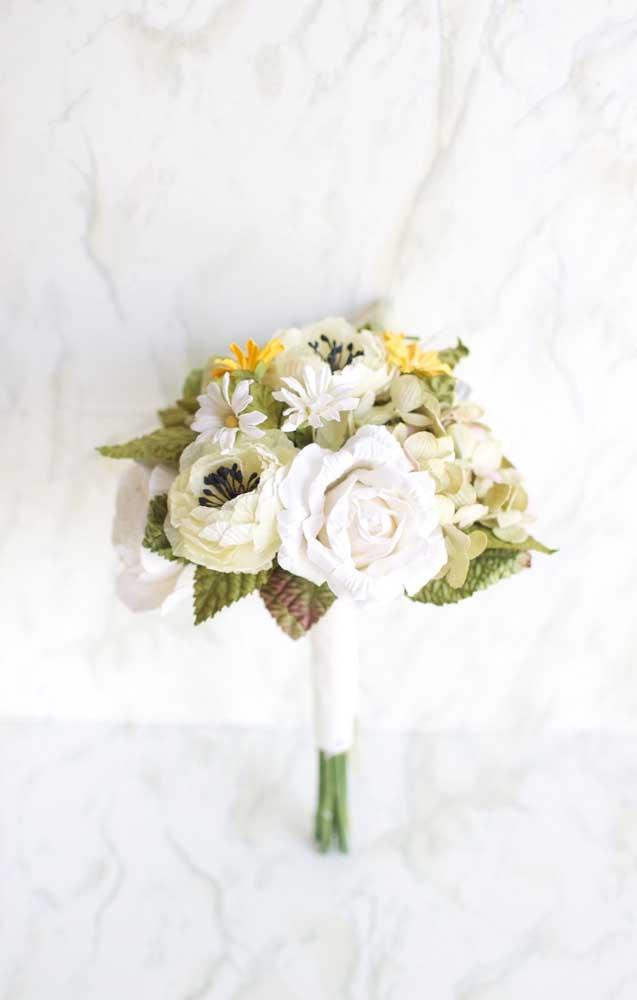 Um buquê lindo e delicado feito com flores de papel crepom em modelos diferentes