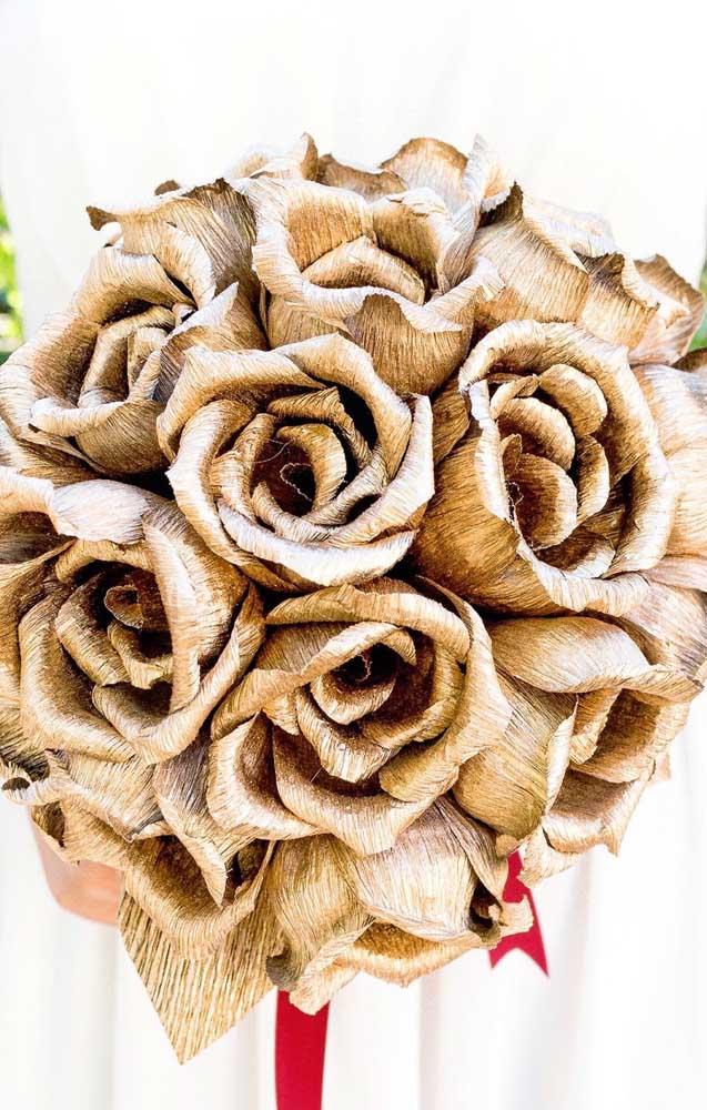 Um modelo elegante de arranjo de flores de papel crepom douradas; pode muito bem servir como um buquê de noiva