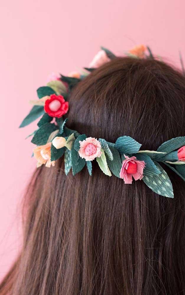 Tiara de cabelo feito com flores de papel crepom: simples e fácil de fazer
