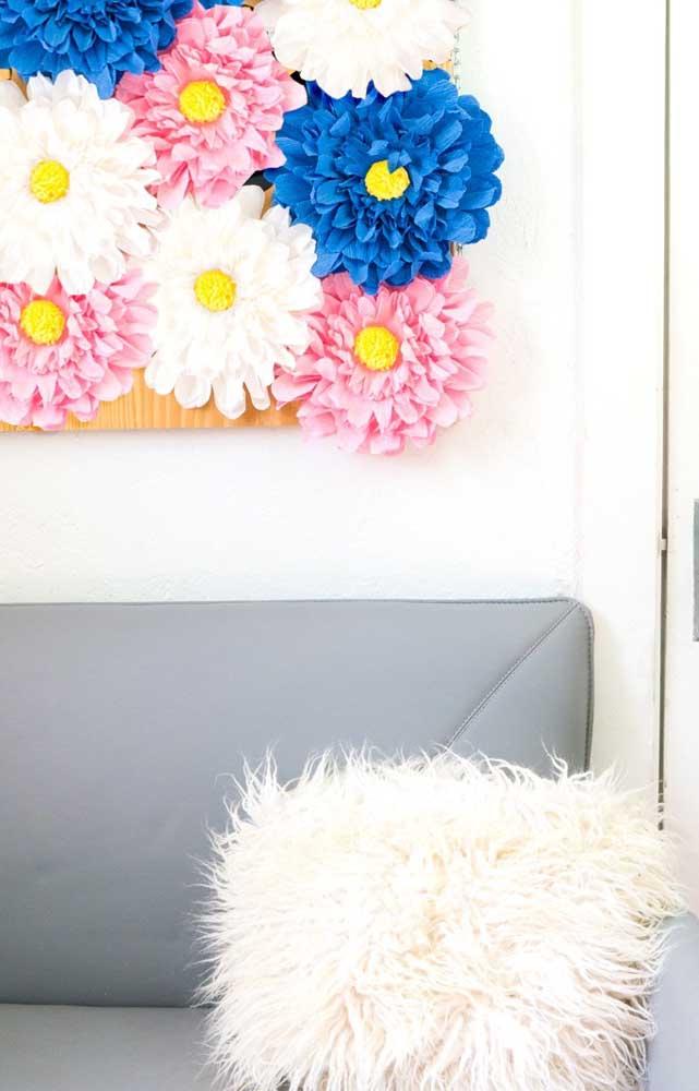 Painel de flores de papel crepom coloridas para decorar a sala de estar