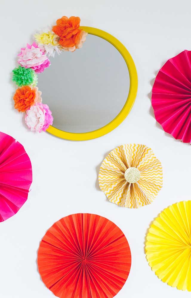 Uma inspiração para decorar a parede do bolo na festa: flores de papel crepom e arranjo decorado em torno do espelho