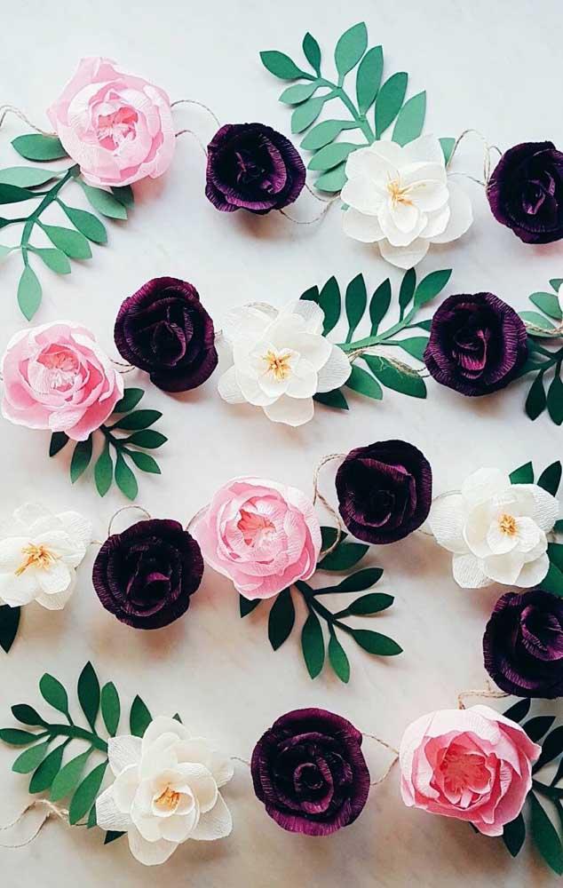 Flores de papel crepom prontas para decorar um mural ou painel