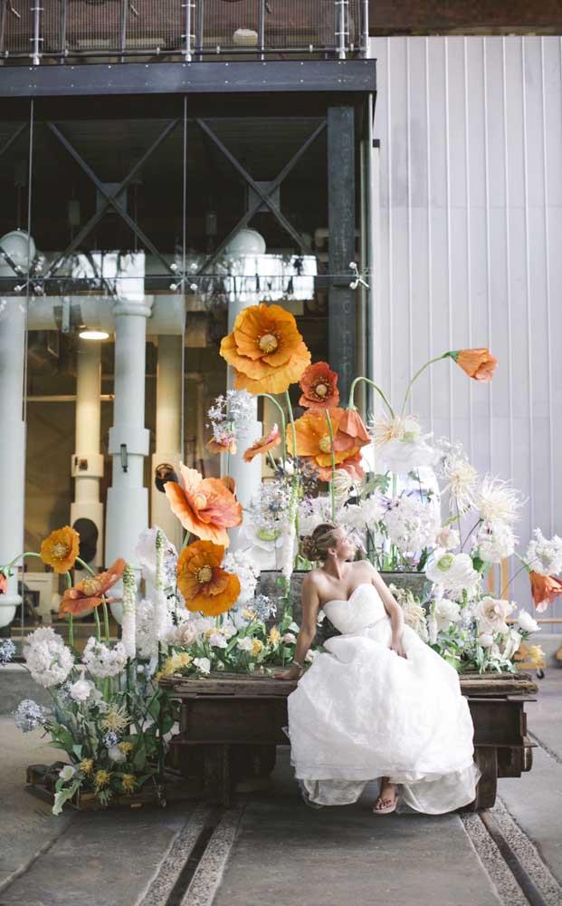 A decoração desse casamento ficou incrível com as variadas flores de papel crepom em torna da mesa