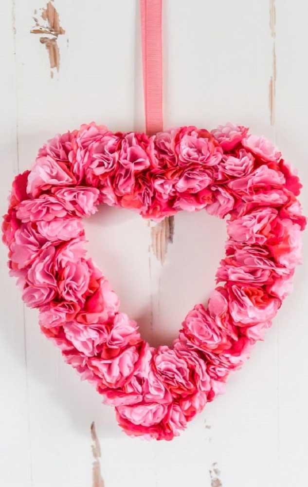 Guirlanda em formato de coração feita com flores de papel crepom, perfeitas para o Dia dos Namorados