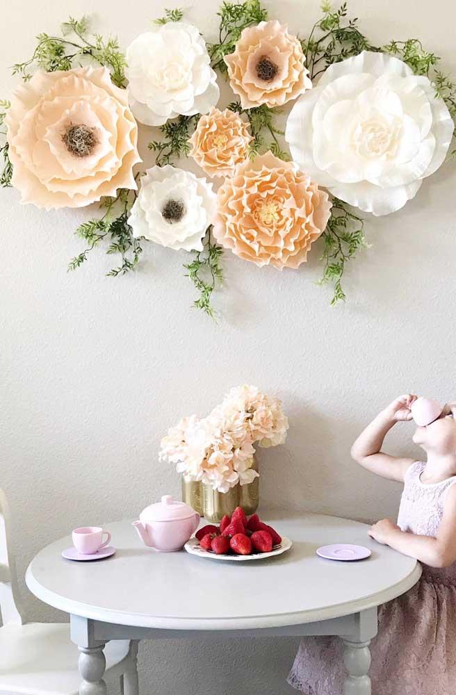 As flores de papel crepom são uma excelente opção de decoração infantil