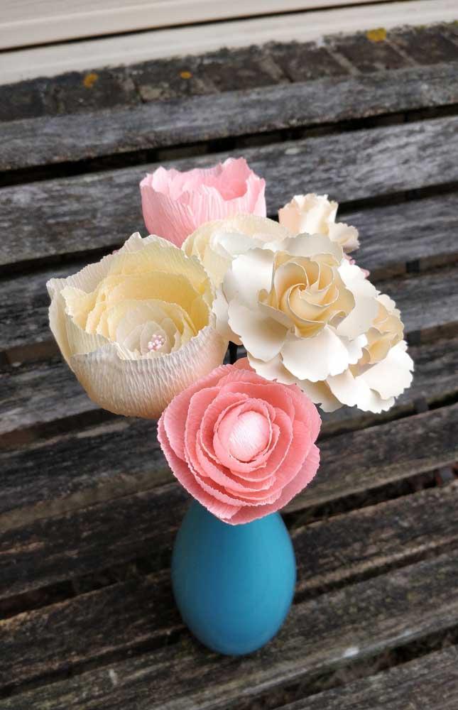Vaso com flores de papel crepom delicadas que podem ser usadas em casa ou como centro de mesa em festas